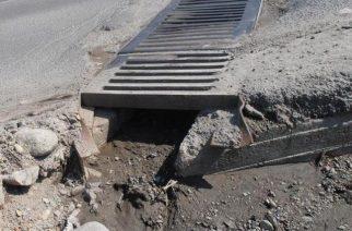 Operatorii sistemelor de evacuare a apelor cer populaţiei să nu mai arunce gunoaie în canale